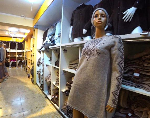 Изделия из шерсти и кашемира в торговом зале небольшой фабрики в центре Улан-Батора.